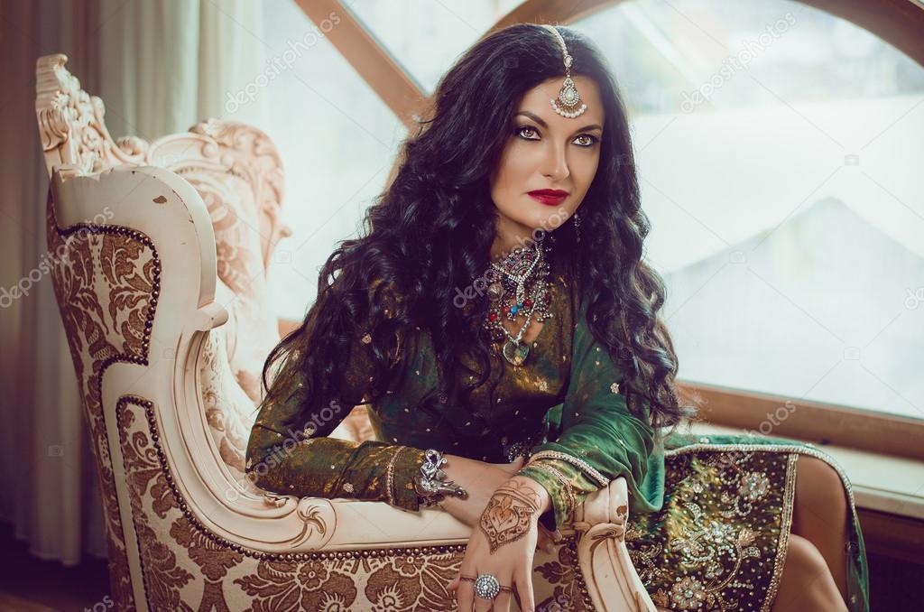 Porträt einer schönen Frau in indische traditionelle chinesische ...