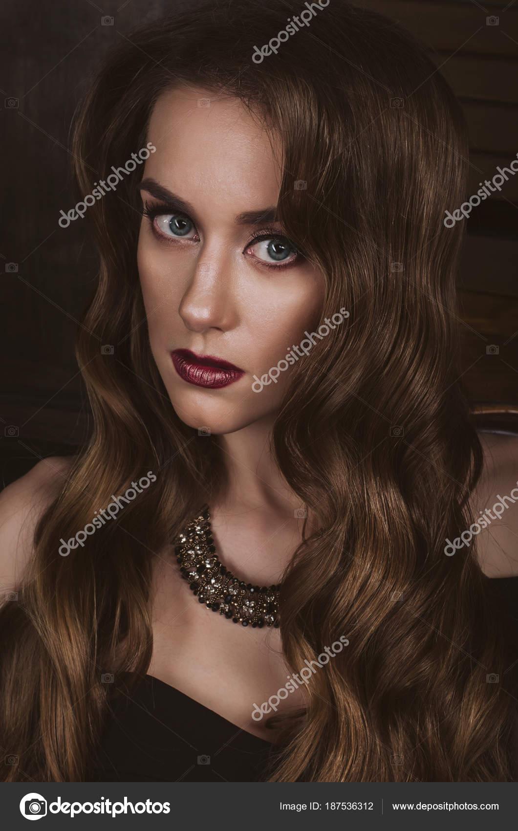 Portret Atrakcyjne Kobiety Brunet Fryzurą Stylu Hollywood Fali