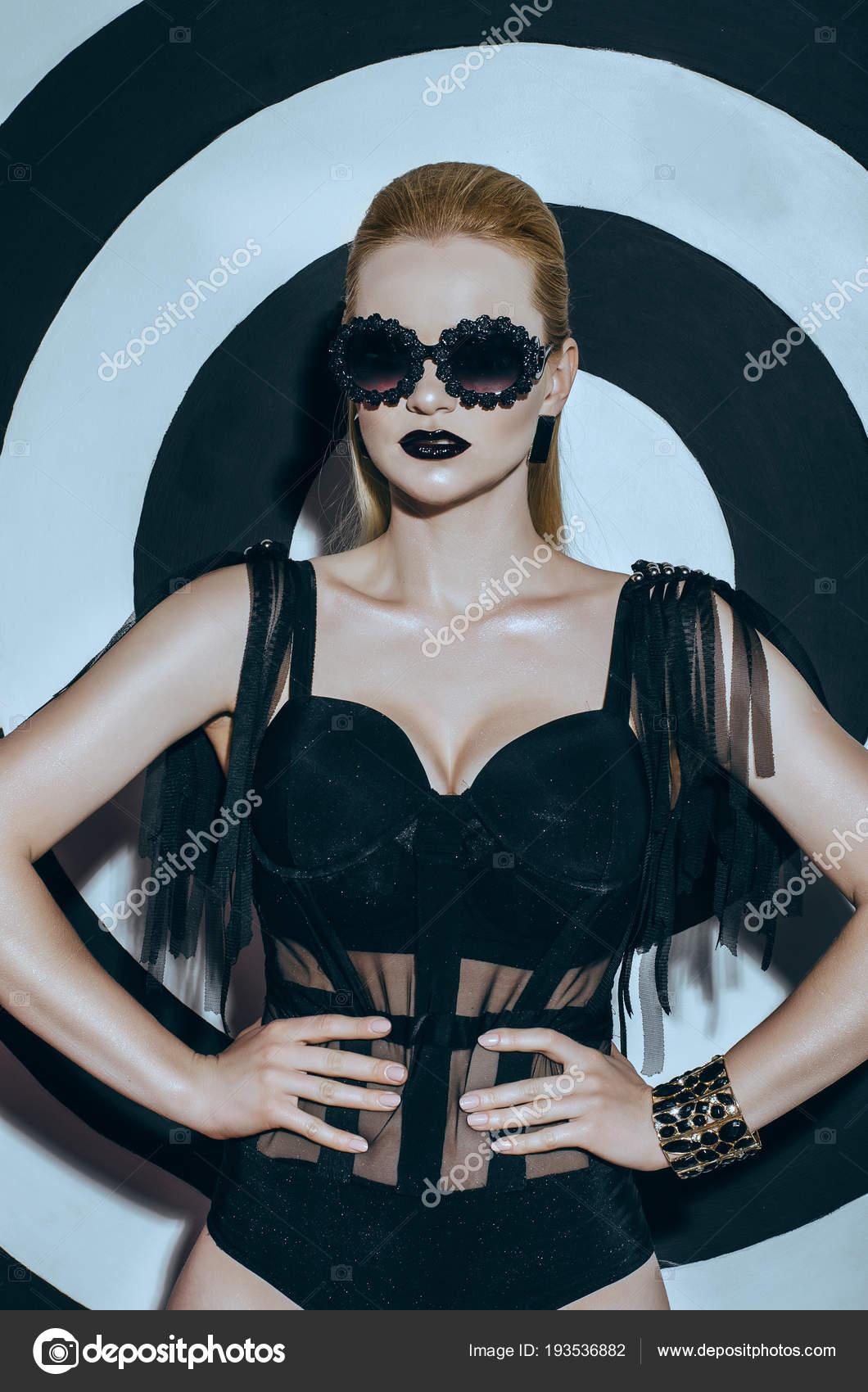 Федерация видео очаровательная блондинка на черно-белом фото картинки сайт супер обворожительная