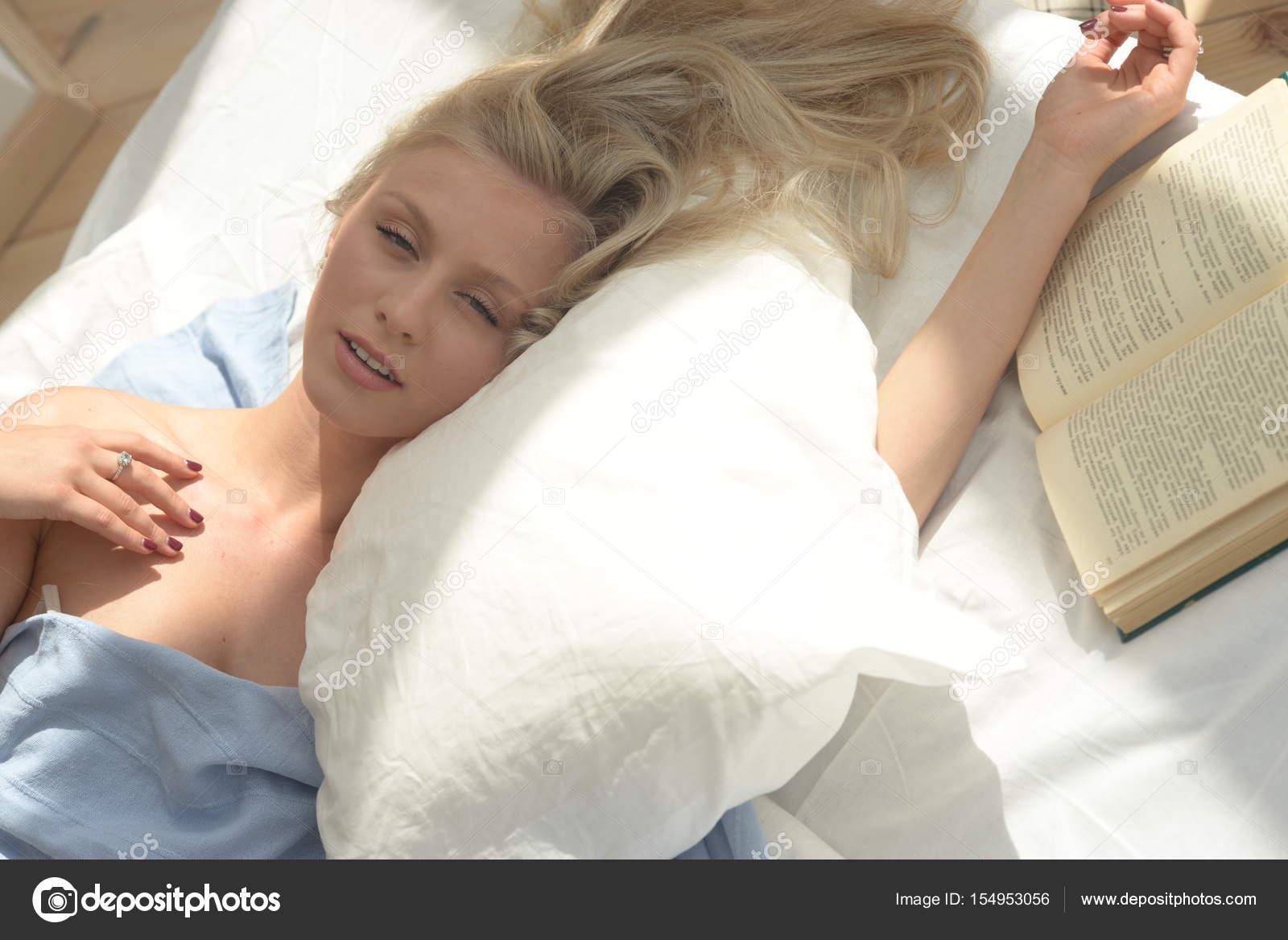 Bella giovane donna in camera da letto a casa. Svegliati. sognare e ...