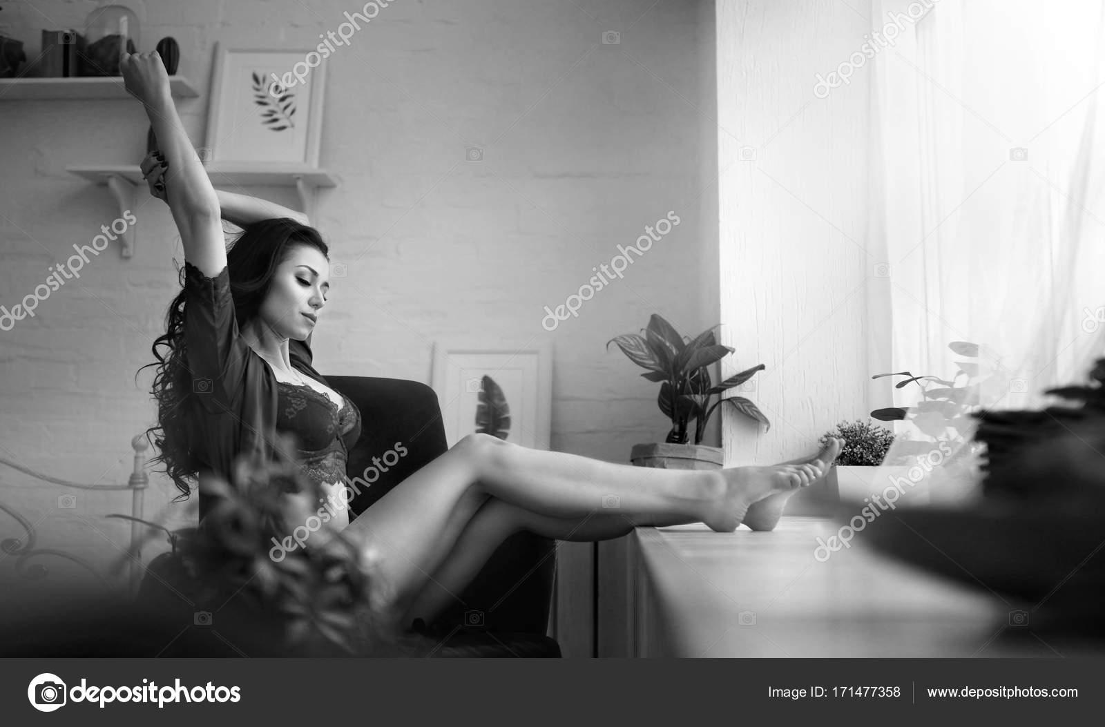 Sensuelle Femme Assise Ensuite La Fenêtre En Lingerie Dans