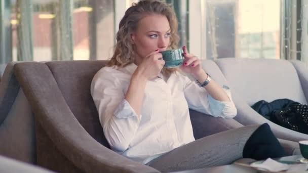 Krásná mladá žena se těší čaj. Krásy dívka modelu poblíž okna, pití, káva espresso nebo čaj