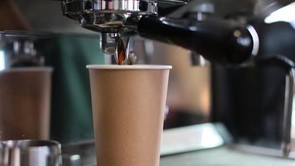 Videó egy kávéfőző automatáról
