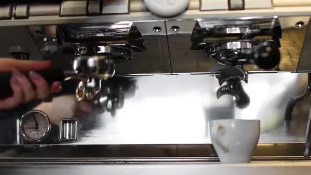 Közelkép a kávéáradat öntés professzionális gép csészében
