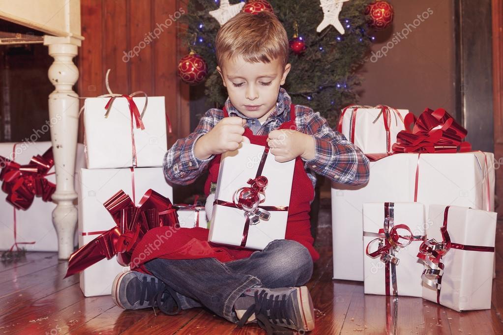 schöne kleine Junge öffnet eine Weihnachtsgeschenke — Stockfoto ...