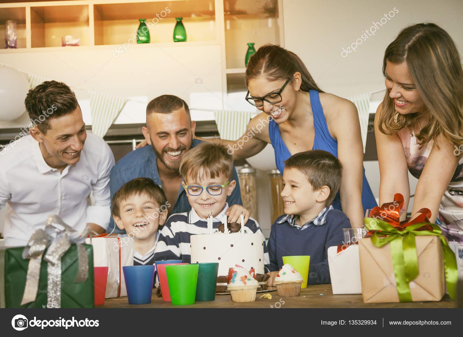 Familias Felices Con Los Niños Celebrando Alrededor De