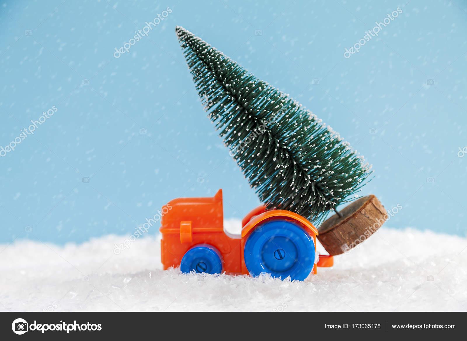 Weihnachtsbaum auf Spielzeug Autofahrt über Schnee — Stockfoto ...