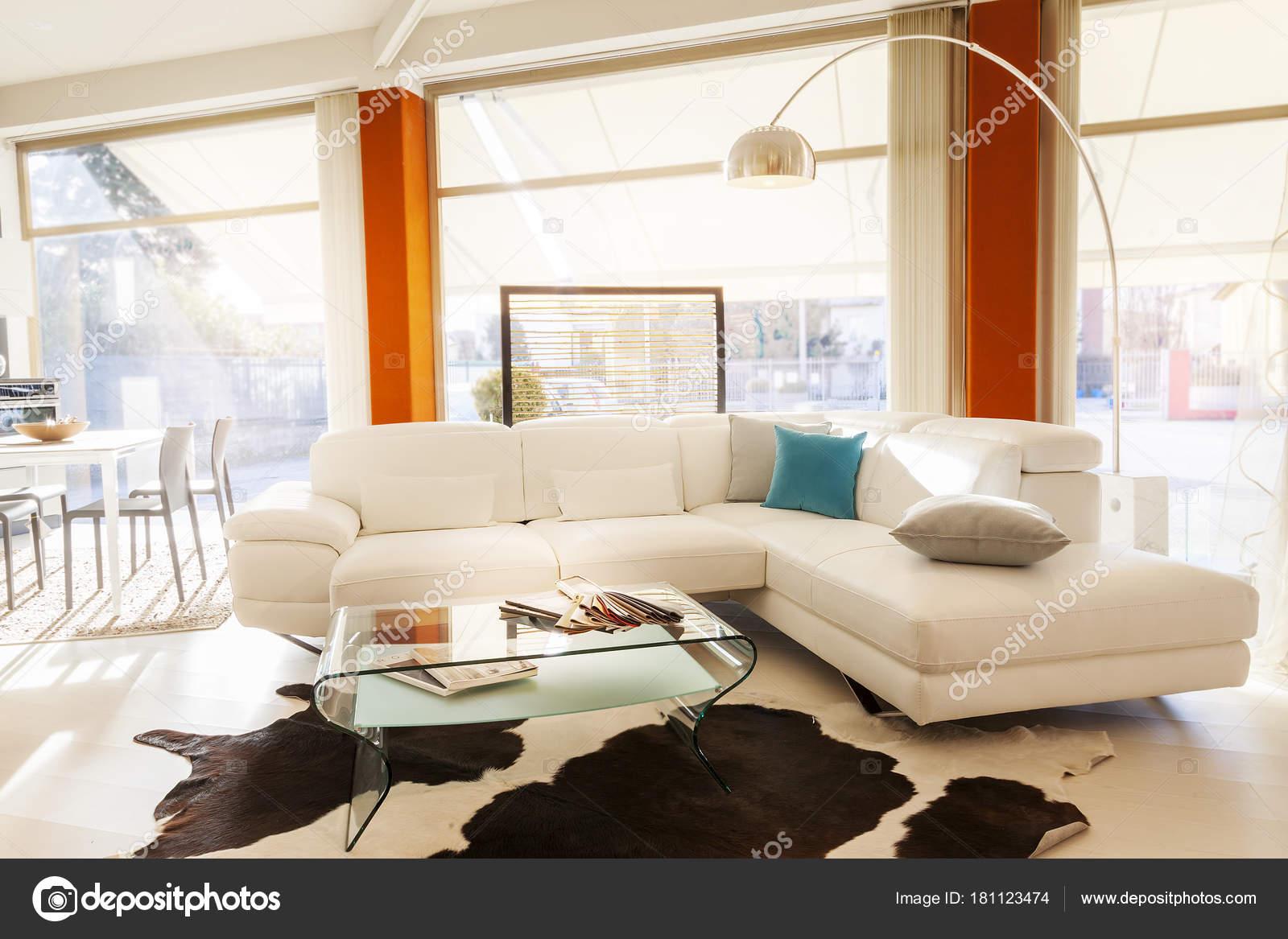 nach Hause innen moderne schöne Wohnung — Stockfoto © marinobocelli ...