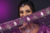Fotografie Porträt von lächelnden schönen indischen Mädchen