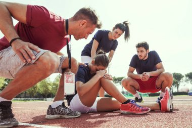 young athlete injured to knee on the track