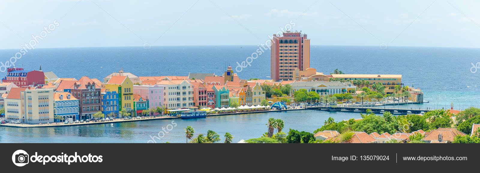 Vista de Willemstad centro con coloridas fachadas en Curacao