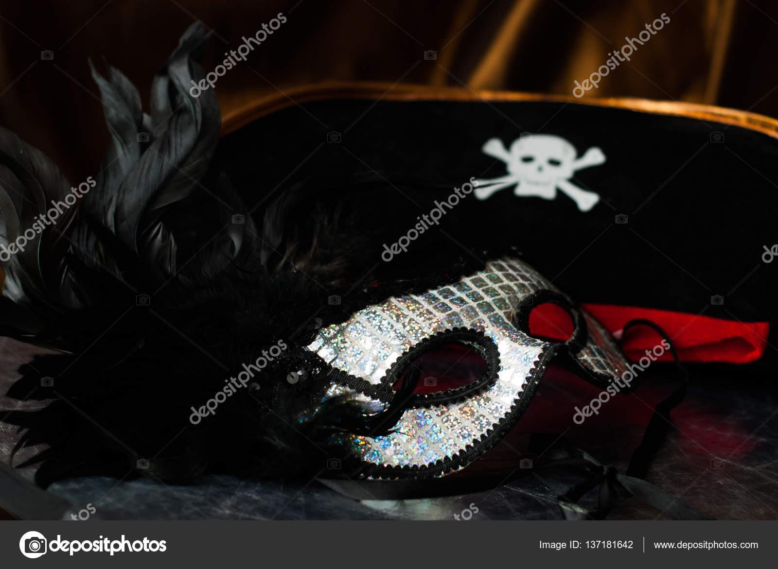 Máscara veneciana con plumas negras — Foto de stock © vulkanov11 ... e03cd29f917