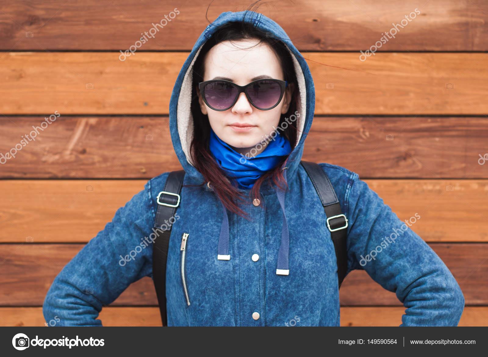 304fd2931b Κορίτσι με ένα μπλε μπουφάν με κουκούλα