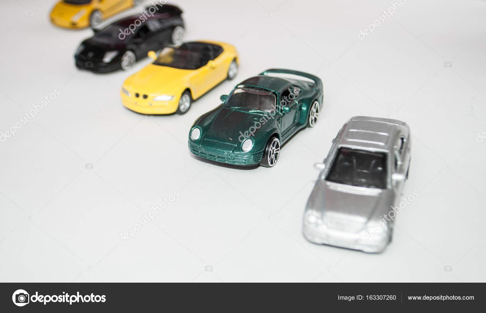 Spielzeugautos auf weißem Hintergrund, bunte Autos — Redaktionelles ...