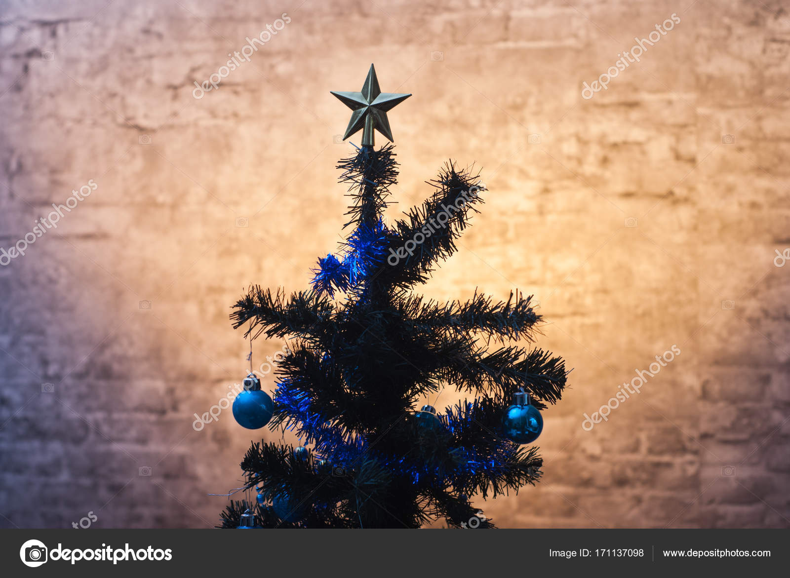 Christmas tree on wall background, yellow lights, — Stock Photo ...