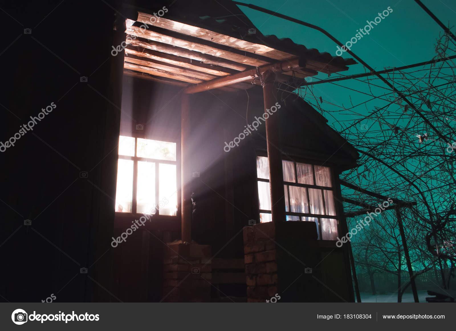 Helles Licht im Fenster, geschehen seltsame Dinge in ein ...
