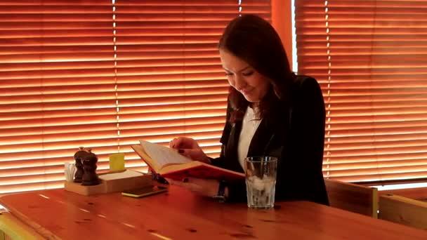 Egy érdekes könyvet olvasó lány