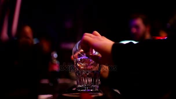 schöne Zeitlupe Aufnahme von Barista macht cocktail.barmen Kochen Sambuca an der Bar.