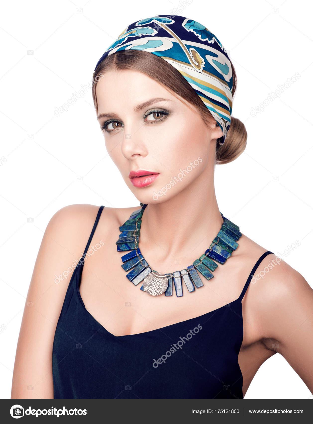 698b4ff74 Retrato de joven hermosa mujer en vestido azul oscuro en belleza.  Maquillaje de contraste. Aislado sobre fondo blanco — Foto de ...