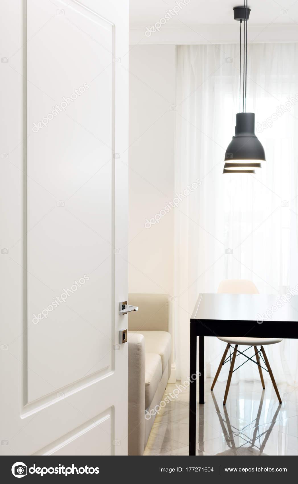Die Weiße Tür In Den Raum. Modern Und Hell Eingerichtet. Schwarz,  Schreibtisch, Stuhl Und Sofa U2014 Foto Von Bakulov