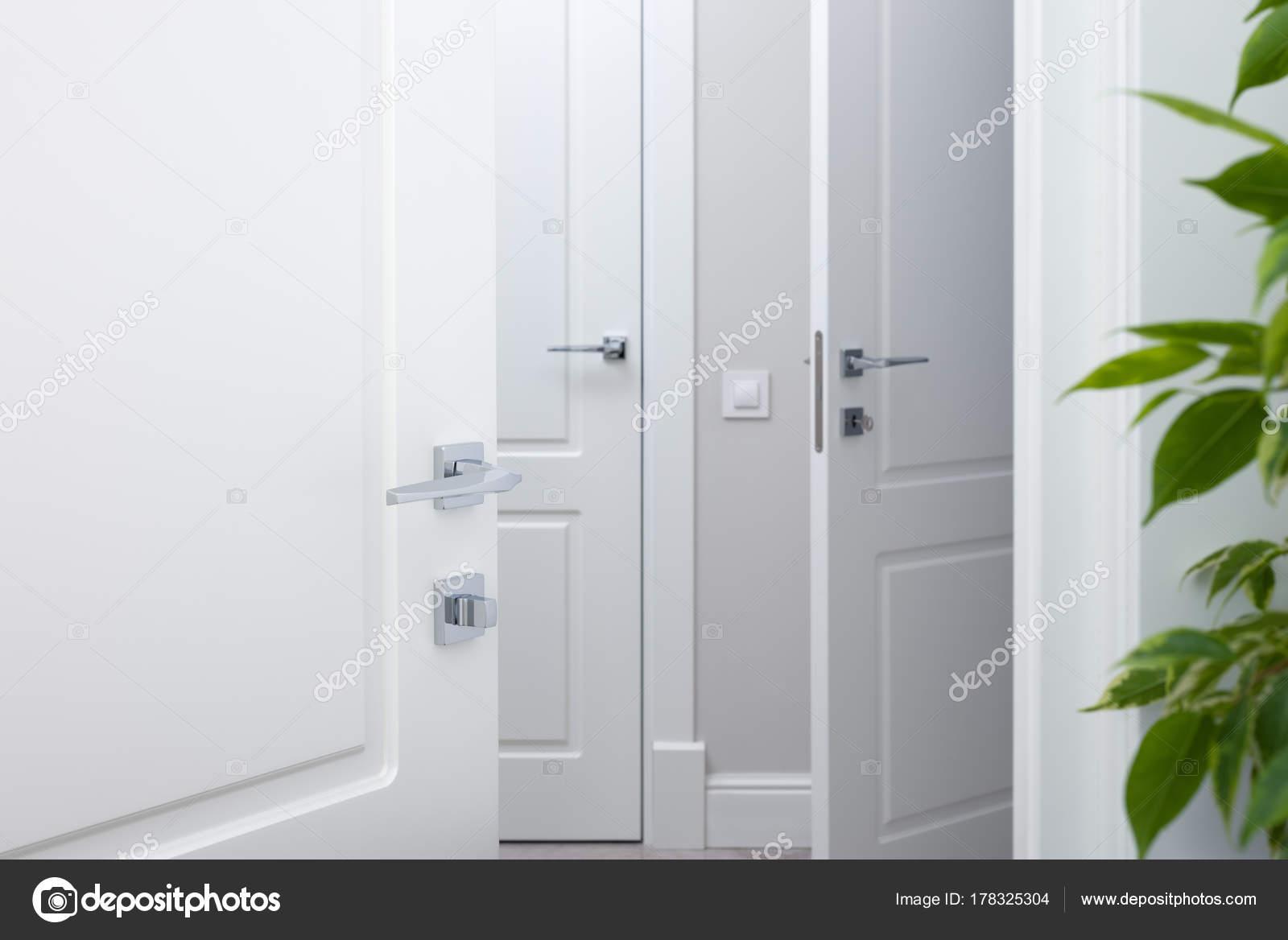 Porta Bianca Moderna.Aprire La Porta Bianca Nel Corridoio Porta Moderna Maniglie