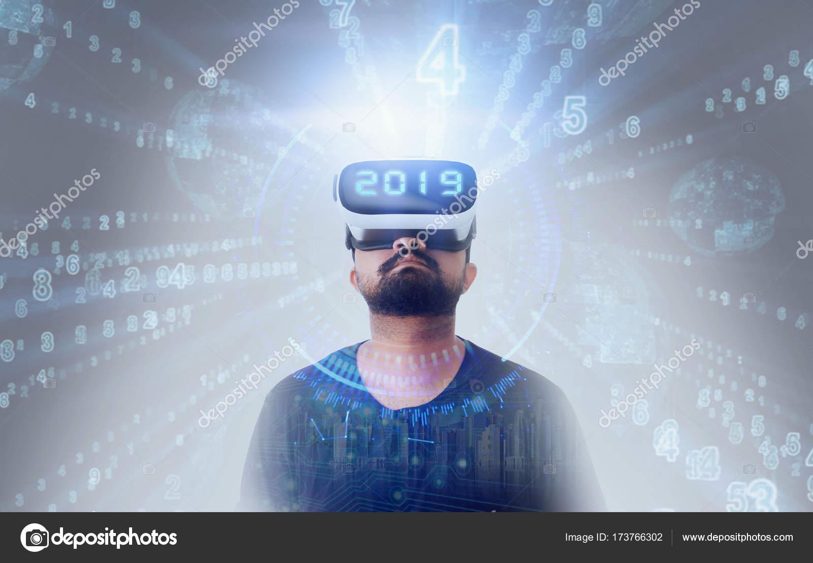 ba00781c04b295 Guy porte des lunettes de réalité virtuelle Vr - 2019 — Photographie ...