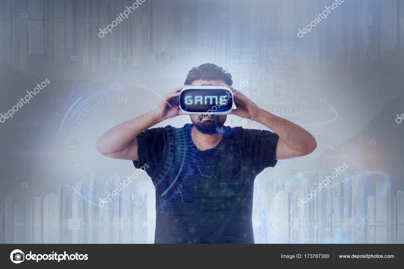 13faafd7768a02 Guy porte des lunettes de réalité virtuelle Vr - jeu de mots — Photo