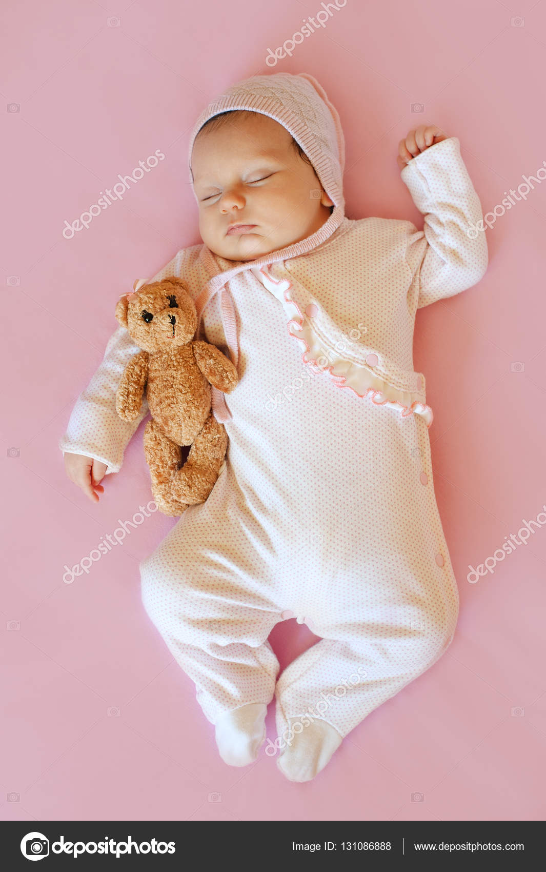 s e kleine neugeborenes baby schlafen auf der decke mit seinem spielzeug affe stockfoto. Black Bedroom Furniture Sets. Home Design Ideas