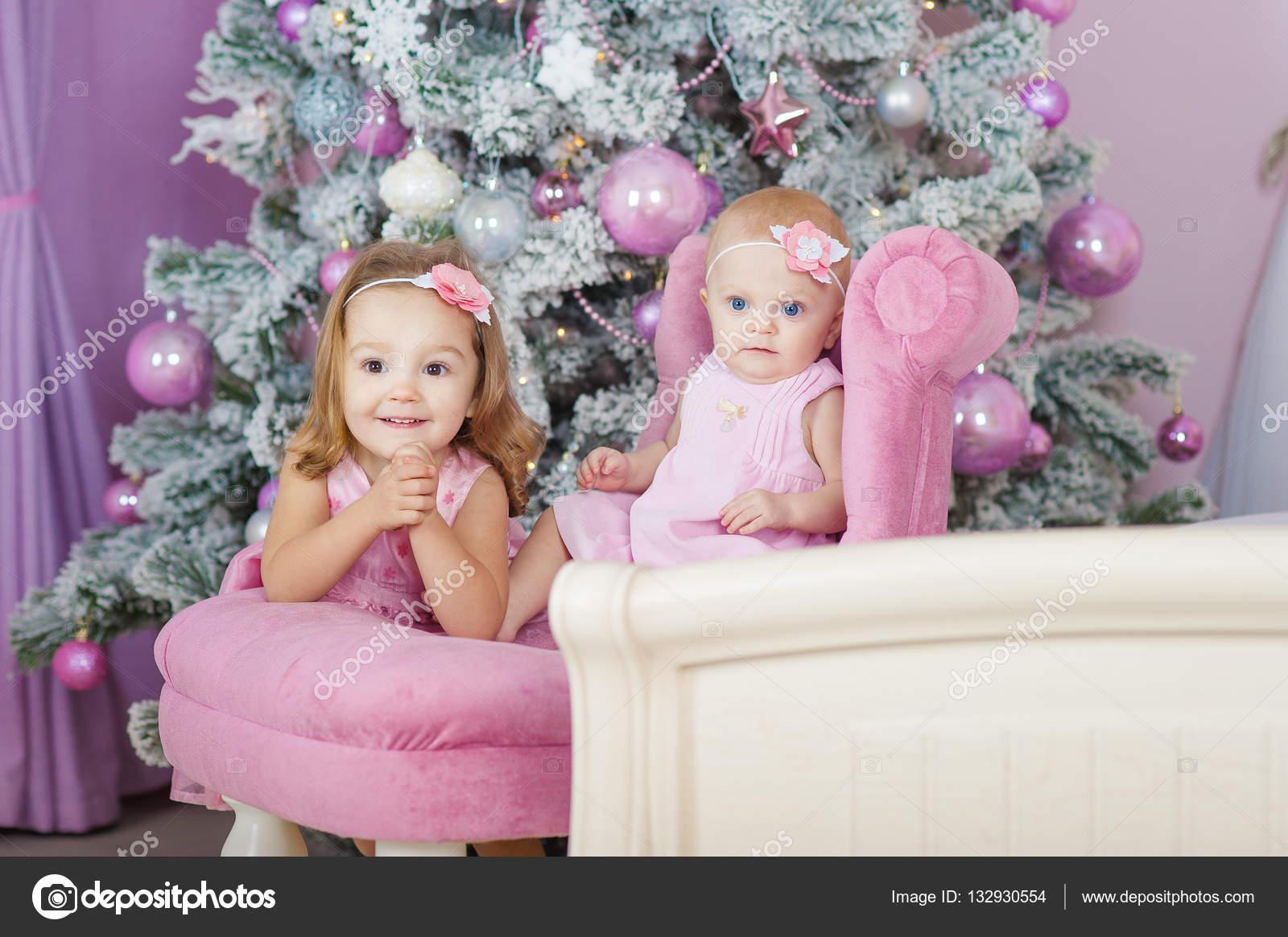 913f6dbcc3c Δύο αδελφές στο σπίτι με το χριστουγεννιάτικο δέντρο. Πορτρέτο του  ευτυχισμένα παιδιά κορίτσια διακοσμήσεις– εικόνα αρχείου
