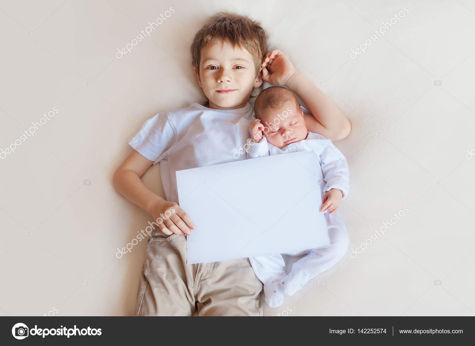 Ador Vel Beb E Irm O Mais Velho Em Um Fundo Branco Espa O De  ~ Quarto Para Bebe E Irmao Mais Velho