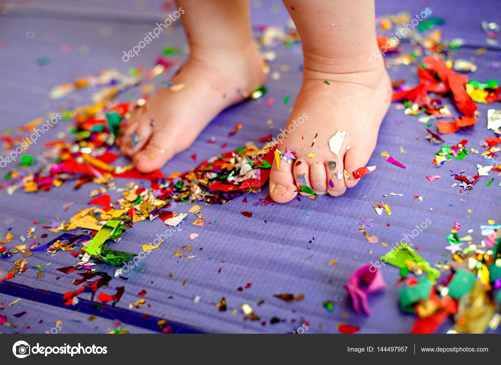 Fiesta de cumpleaños de los niños. son los pies descalzos en el piso ...