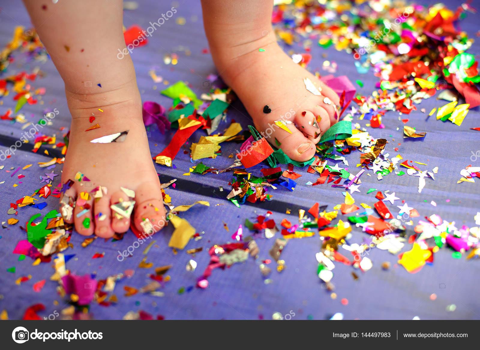 Niño bebé pie confeti fiesta celebración concepto — Fotos de Stock ...