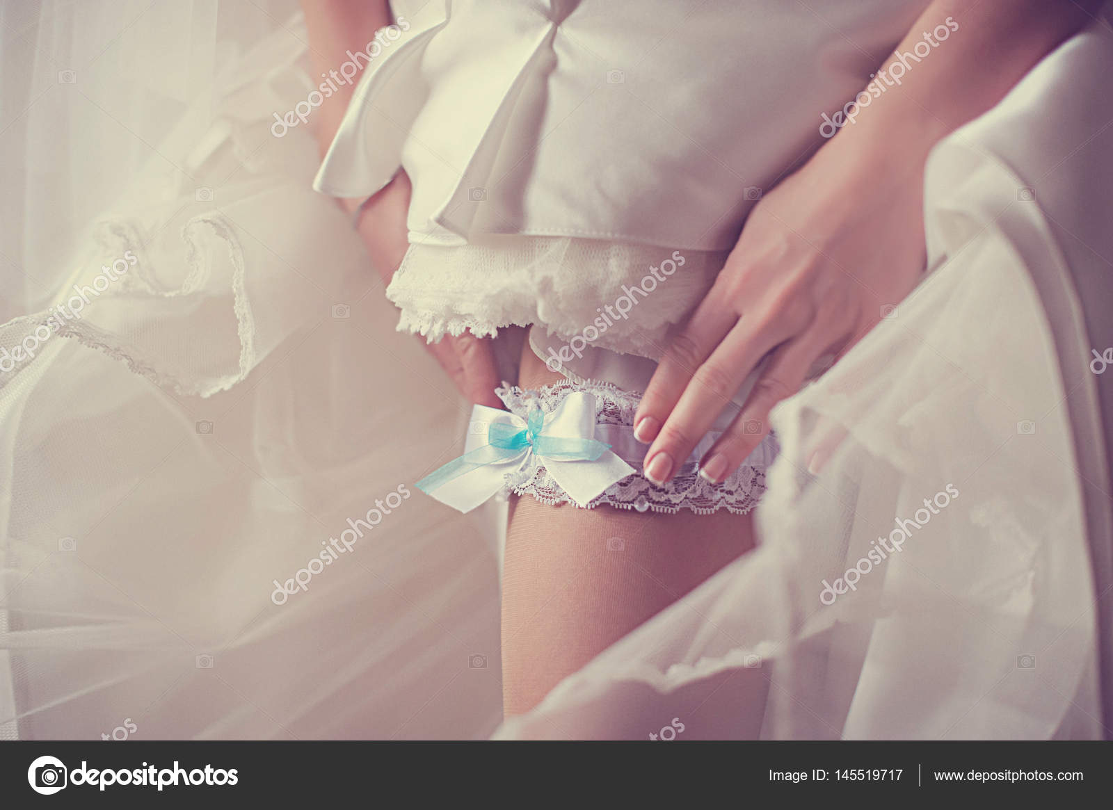 Auf dem Bein einer Braut Strumpfband, schlank sexy Braut in Luxus ...