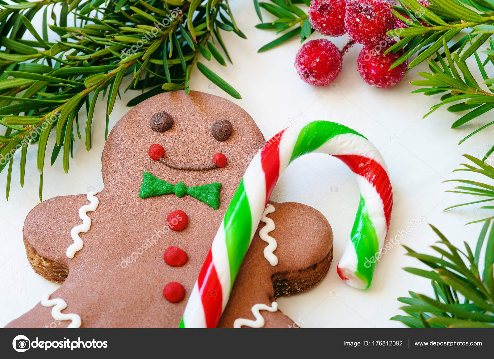 Closeup of an old fashioned candy cane and a gingerbread man — Stock ...
