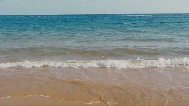 Meer, Wellen des Ozeans über Sand Strand