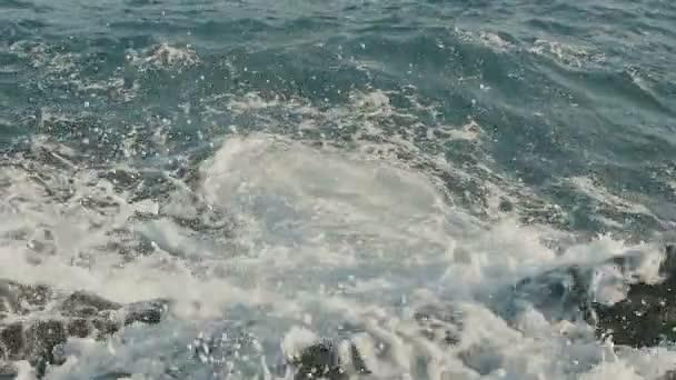 Vlny oceánu, které se zřítilo na kamenité pláži