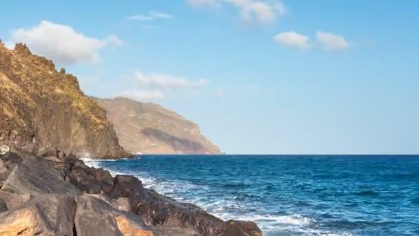 Kék óceán víz hullámok összeomlik a sziklákon. TimeLapse.