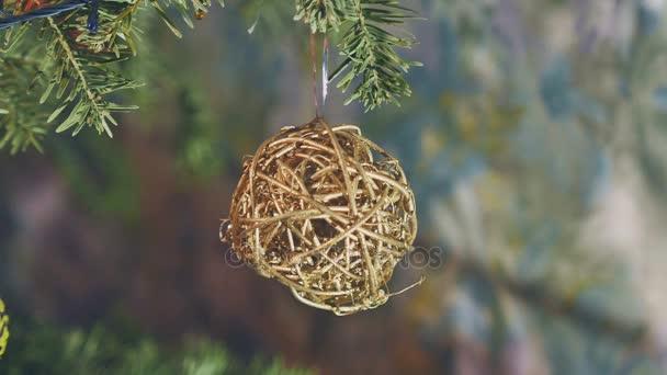 Krásný vánoční stromeček, tradiční dekorace, světla