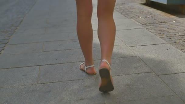 Krásná žena nohy chodí na staré Evropské město. Zpomalený pohyb