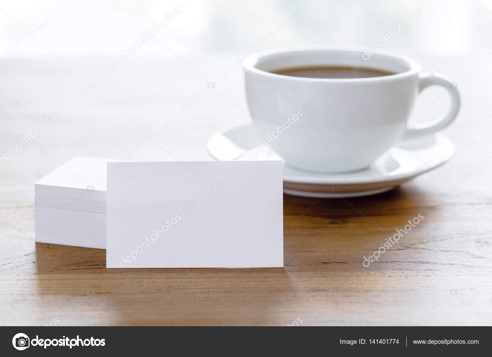 Cartes De Visite Vierges Et Tasse Caf Sur La Table En Bois Photo
