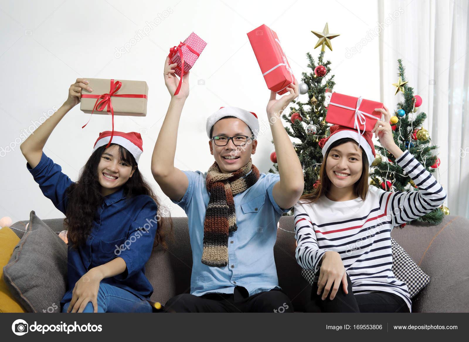 Frohe Weihnachten und Happy New Year Ferien. Asiatische Freunde in ...