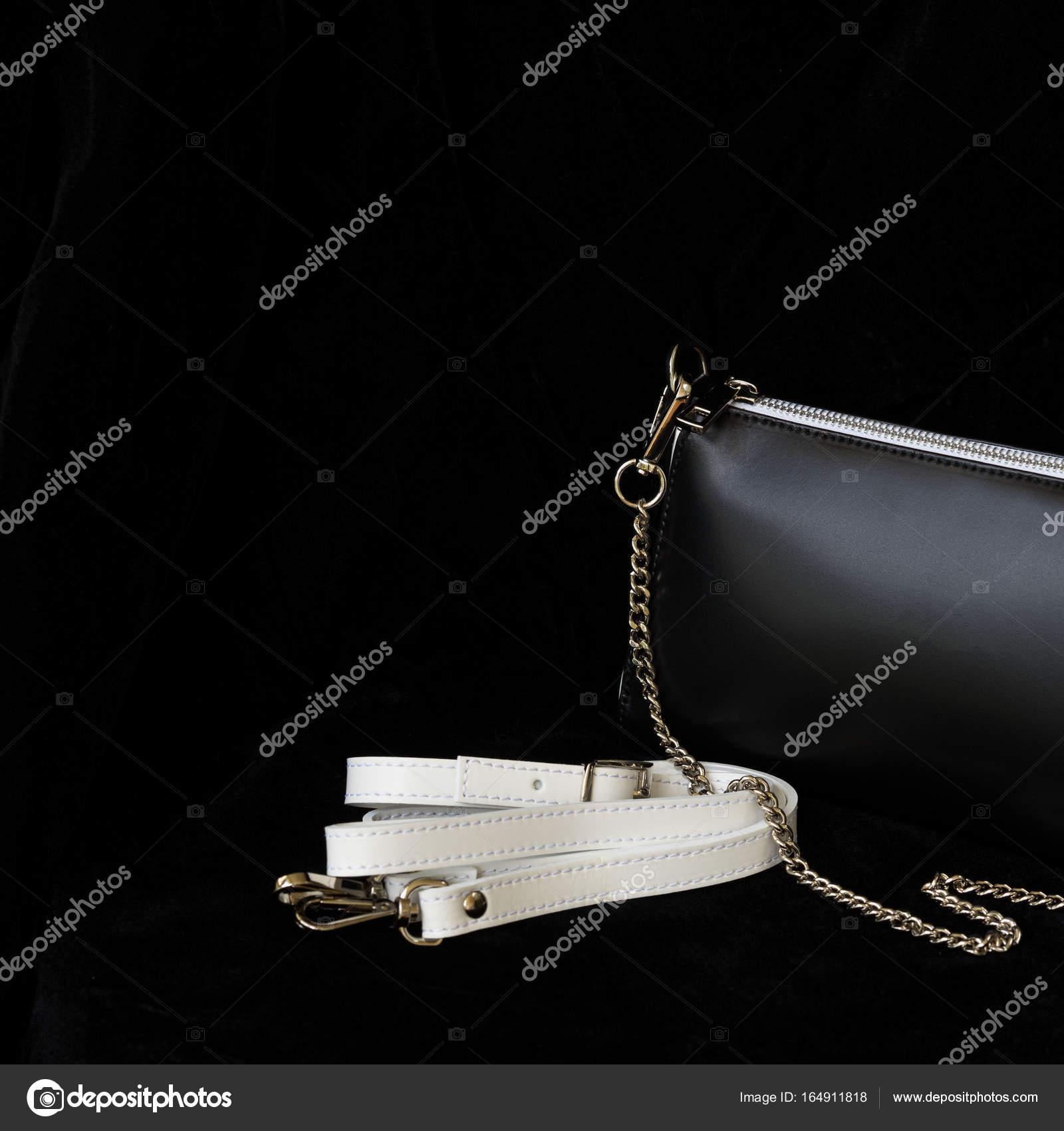 5fe947aa6a Gros plan detal du sac à main en cuir, combinaison toujours classique,  couleur noir et blanche avec courroie et chaîne. Pour un modèle moderne,  papier peint ...