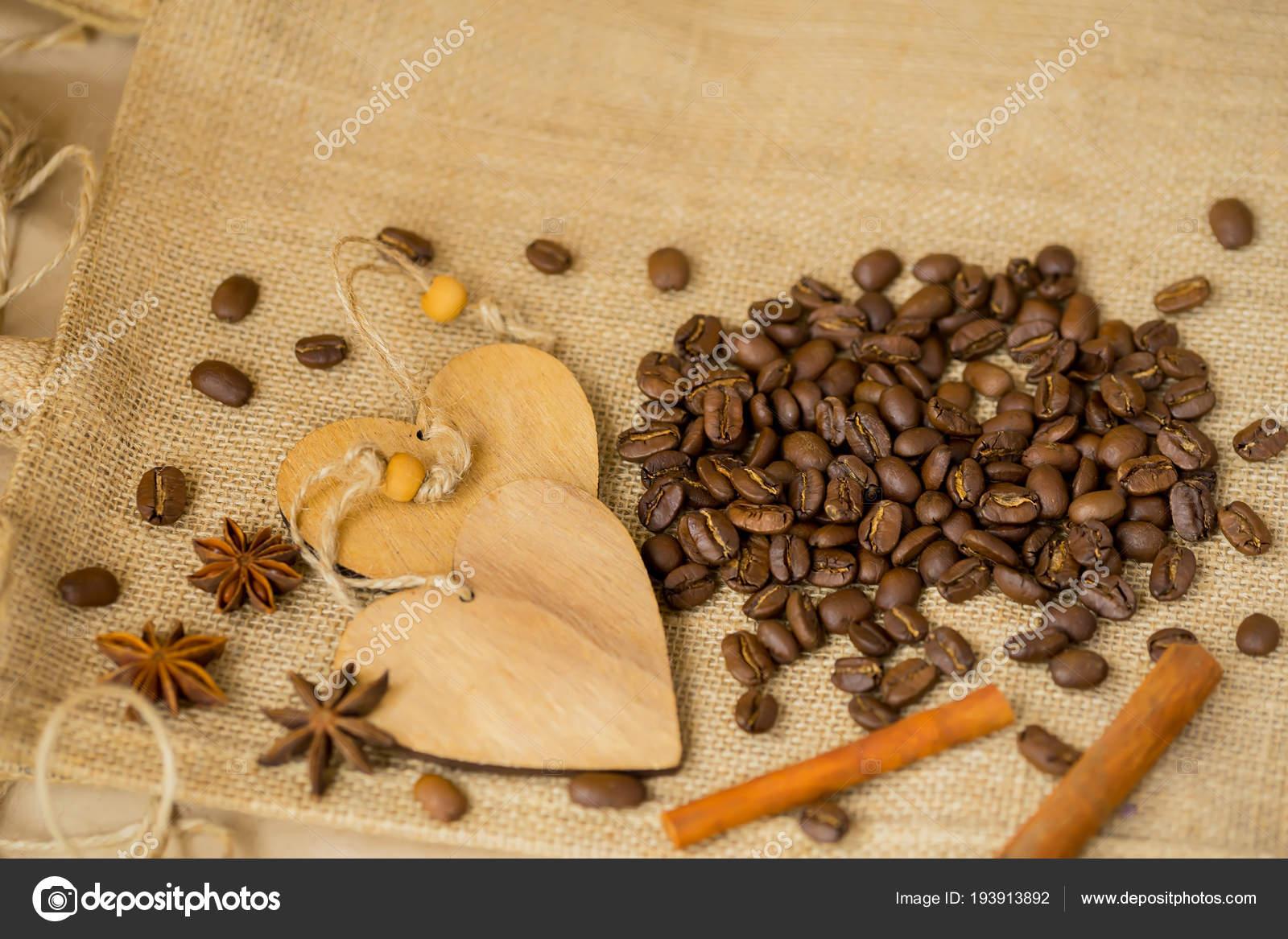 Granos de café tostado en el fondo de arpillera con espacio de copia ...