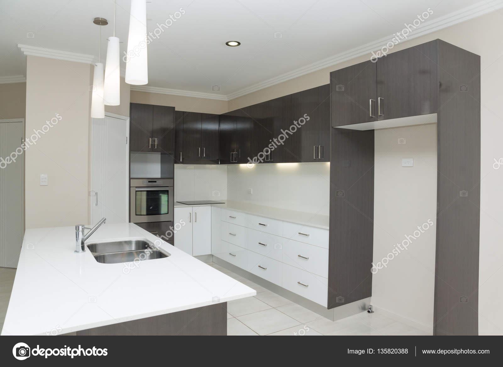 Nova Cozinha Com Bancada De Granito E Piso Em Azulejo Fotografias