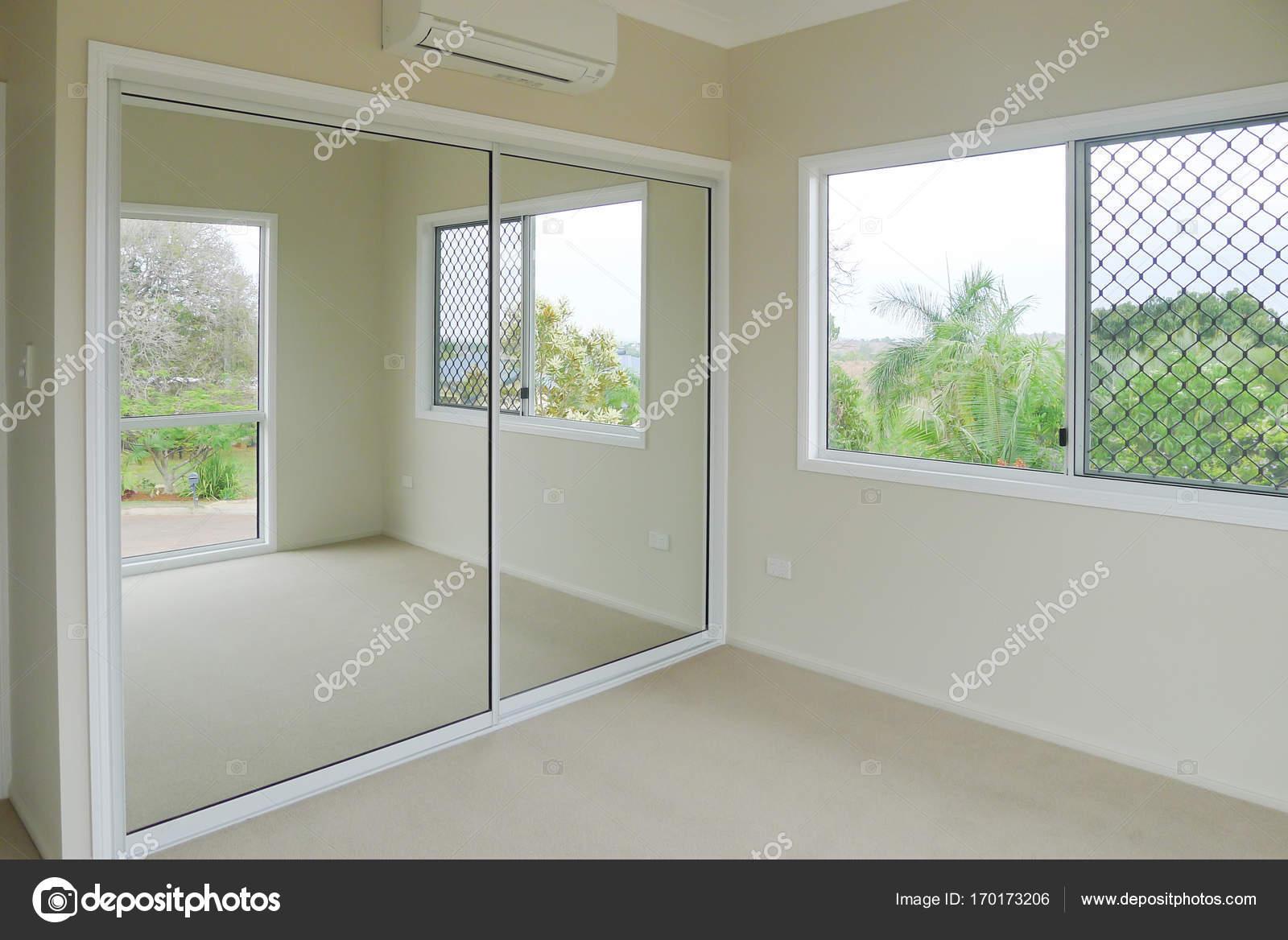 Slaapkamer met spiegel schuifdeuren op kast u2014 stockfoto © sstoll