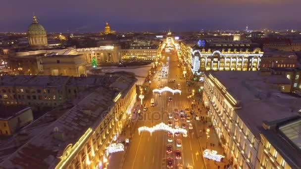 Něvský prospekt hlavní ulice ve městě St. Petersburg, Rusko. Silvestrovské dekorace. Autem