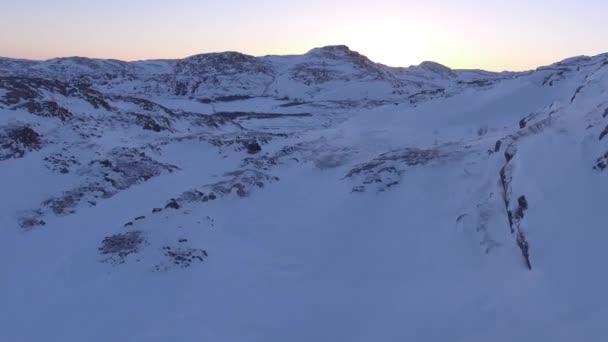 Polartag in Nordpolnähe. Winter gefrorenes Flusseis Tiefschnee Extremwetter. Hügel und Felsen. endlose sibirische Tundra. warmer Horizont sonnenaufgang.