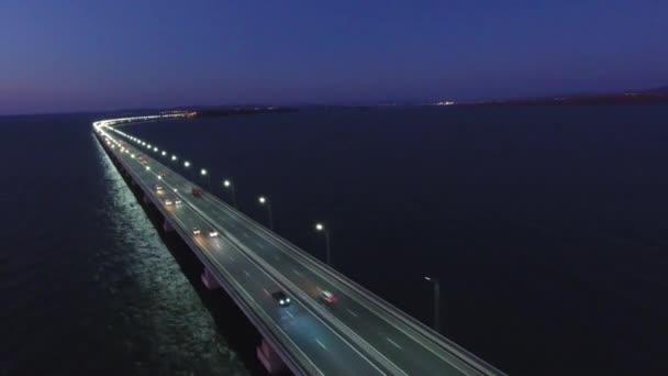 Dlouhá cesta odlivu most přes záliv Amurského od De-friz moderní Vladivostok, Rusko. Vyrobeno pro Apec summit. Moderní architektura