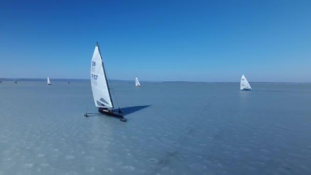 Plavba lodí brusle na lední brusle. Ice lodí plachtění zajímavé jedinečnou sportovní událostí soutěž na studený LED. Rusko Asie Severní Vladivostok. Muž za den zmrzlého sněhu zimní kola. Letecké přístup. Nízká