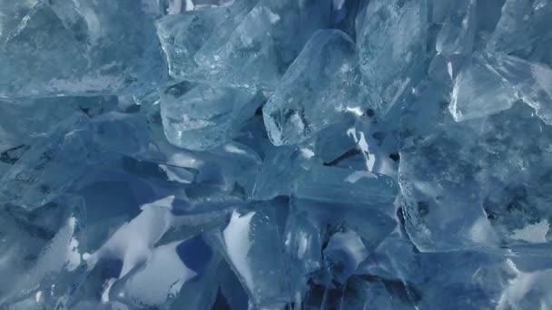 Bajkál-tó átlátszó tiszta sima éles jég floes hummocks repedések a tenger. A csomók ragyogó kék egyedi. Oroszország Burjátföldön Északi-sark. T téli fagy hó hideg. A fenti légi Top